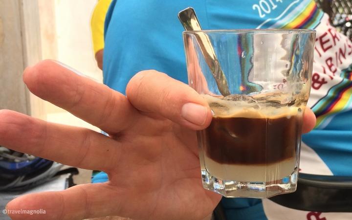 Caffe con latte di mandorla con ghiaccio